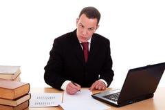 Uomo d'affari sullo scrittorio con i libri ed il calcolatore Fotografia Stock Libera da Diritti