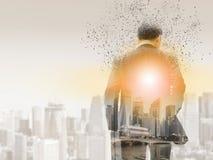 Uomo d'affari surreale in città moderna immagini stock libere da diritti