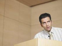 Uomo d'affari Talking Into Microphone fotografia stock libera da diritti