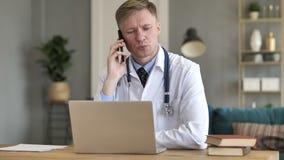 Uomo d'affari Talking sul telefono mentre trovandosi a letto archivi video