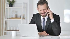Uomo d'affari Talking sul telefono, negoziante con il cliente stock footage