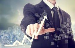 Uomo d'affari Touching un grafico che indica crescita Fotografia Stock Libera da Diritti