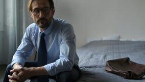 Uomo d'affari triste concentrato che riposa dopo il lavoro video d archivio