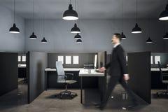 Uomo d'affari in ufficio coworking moderno immagine stock libera da diritti
