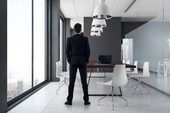 Uomo d'affari in ufficio moderno Immagini Stock Libere da Diritti