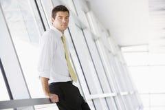 Uomo d'affari in ufficio moderno fotografia stock libera da diritti