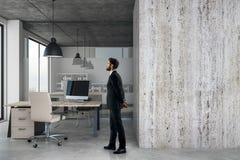 Uomo d'affari in ufficio moderno con copyspace Fotografie Stock