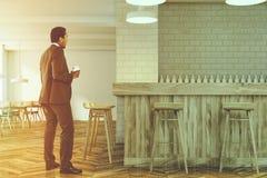 Uomo d'affari in un interno moderno della barra Immagini Stock