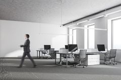 Uomo d'affari in un ufficio bianco Fotografia Stock