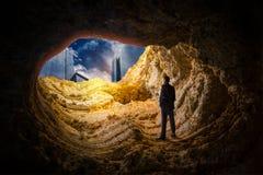 Uomo d'affari in una caverna, ricerca di successo di affari fotografie stock libere da diritti