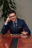 Uomo d'affari On una rottura con il suo cuscinetto di tocco Fotografie Stock