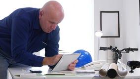 Uomo d'affari Use Tablet con la comunicazione online di Internet nella stanza di ingegneria stock footage