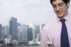 Uomo d'affari Using Cellphone Outdoors Fotografia Stock