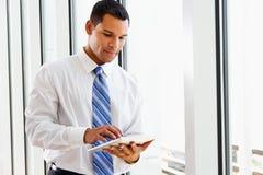 Uomo d'affari Using Digital Tablet immagine stock