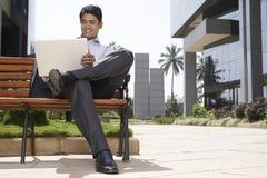 Uomo d'affari Using Laptop Outdoors Fotografia Stock Libera da Diritti