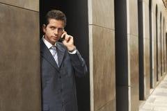 Uomo d'affari Using Mobile Phone fotografie stock