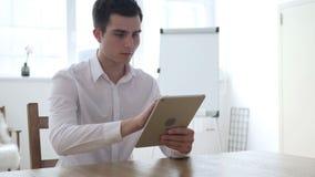 Uomo d'affari Using Tablet per l'affare online del mercato archivi video