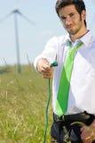 Uomo d'affari verde di energia in spina della stretta del campo Fotografie Stock Libere da Diritti
