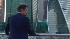 Uomo d'affari in vestito stock footage