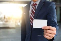 Uomo d'affari in vestito blu e con un legame rosso, biglietto da visita di manifestazioni Fotografia Stock Libera da Diritti