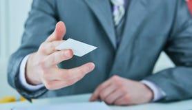 Uomo d'affari in vestito che offre la carta di credito di plastica Concetto di conto bancario e di credito immagine stock libera da diritti