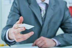 Uomo d'affari in vestito che offre la carta di credito di plastica Concetto di conto bancario e di credito fotografie stock
