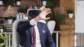 Uomo d'affari in vestito convenzionale che indossa una cuffia avricolare virtuale video d archivio