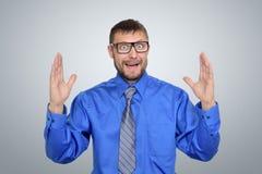 Uomo d'affari in vetri che mostrano la grande dimensione delle sue mani Qui è un concetto di dimensione Fotografia Stock