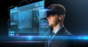 Uomo d'affari in vetri o cuffia avricolare di realtà virtuale Fotografia Stock