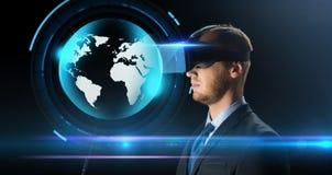 Uomo d'affari in vetri o cuffia avricolare di realtà virtuale Immagini Stock Libere da Diritti