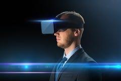 Uomo d'affari in vetri o cuffia avricolare di realtà virtuale Fotografia Stock Libera da Diritti