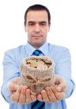 Uomo d'affari vi che offre una borsa di soldi Fotografia Stock Libera da Diritti