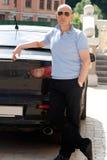 Uomo d'affari vicino alla sua automobile Fotografia Stock