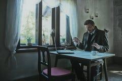 Uomo d'affari Working e piani di fabbricazione fotografia stock