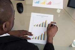 Uomo d'affari Working With Graph allo scrittorio immagine stock libera da diritti