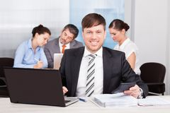 Uomo d'affari Working At Office fotografia stock
