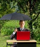 Uomo d'affari Working Outdoors Fotografia Stock Libera da Diritti