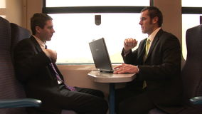 Uomo d'affari Working su un treno archivi video