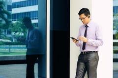 Uomo d'affari Writing With Pen On Mobile Phone Display-3 immagine stock libera da diritti