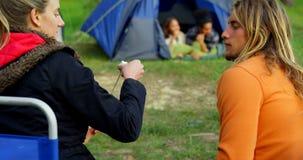 Uomo d'alimentazione della donna con la caramella gommosa e molle vicino a fuoco di accampamento 4k archivi video