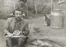Uomo d'annata anziano della foto con una canna da pesca Immagine Stock Libera da Diritti