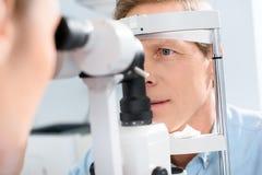 uomo d'esame dell'optometrista con moderno fotografie stock libere da diritti
