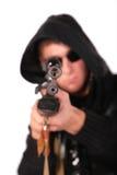 Uomo da mirare dalla vecchia pistola Fotografia Stock