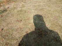 Uomo da solo ma solo che prende selfie del suo autunno dell'ombra immagini stock libere da diritti