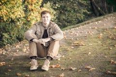 Uomo da solo nella caduta Fotografia Stock Libera da Diritti