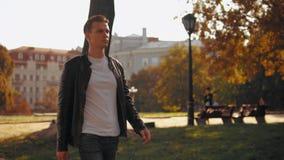 Uomo dai capelli giusto che va nel parco video d archivio
