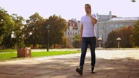 Uomo dai capelli giusto utilizzare le passeggiate mobili in città video d archivio