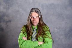 Uomo dai capelli lunghi e arrabbiato in vetri verdi di rosa della camicia Fotografie Stock Libere da Diritti