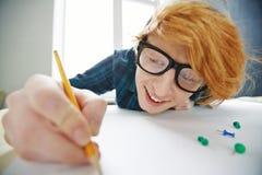 Uomo dai capelli rossi che gode del disegno Immagine Stock