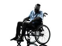 Uomo danneggiato nella siluetta della sedia a rotelle Fotografia Stock Libera da Diritti